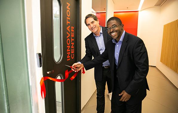 Presidente da Coca-Cola Brasil, Henrique Braun inaugura centro de inovação no Rio de Janeiro ao lado do vice-presidente de Pesquisa e Desenvolvimento para a América Latina, Robert Scott